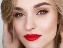 Portrait de beaut? de lumi?re naturelle de plan rapproch? de mod?le blond de femme avec le maquillage lumineux satur? vibrant de  images libres de droits