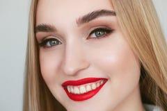 Portrait de beaut? de lumi?re naturelle de plan rapproch? de mod?le blond de sourire de femme avec le maquillage lumineux satur?  images stock