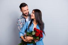 Portrait de beaux ajouter mignons gais au hugg de sourires de lancement Photos stock