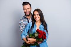 Portrait de beaux ajouter mignons gais au hugg de sourires de lancement Photos libres de droits