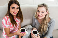 Portrait de beaux amis féminins buvant du café Photo stock