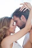 Portrait de beaux couples heureux d'isolement sur le blanc - portrait - Caucasien - baiser Photographie stock