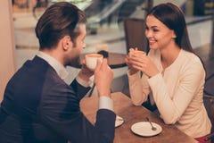 Portrait de beaux couples romantiques se reposant dans un café avec du café Photos libres de droits