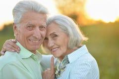 Portrait de beaux couples supérieurs détendant au printemps le parc photo stock
