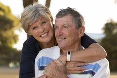 Portrait de beaux et heureux couples mûrs supérieurs américains environ 70 années montrant l'amour et l'affection souriant ensemb Photos stock