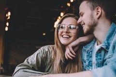 Portrait de beaux jeunes couples dans l'amour à un café Images stock
