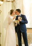Portrait de beaux ménages mariés nouvellement embrassant dans luxueux Images libres de droits