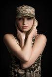 Portrait de beaux soldats de femme dans le vêtement militaire sur le fond noir tristesse et désespoir images libres de droits