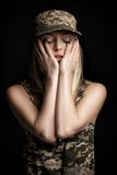 Portrait de beaux soldats de femme dans le vêtement militaire sur le fond noir tristesse et désespoir image stock