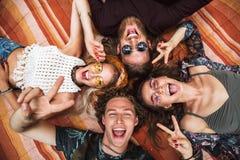 Portrait de beaux types et de filles d'amies de hippies riant, et images libres de droits