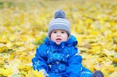 Portrait de bel âge de bébé de 1 an dehors en automne Image stock