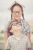 Portrait de bel écolier et de fille regardant très heureux  Photographie stock