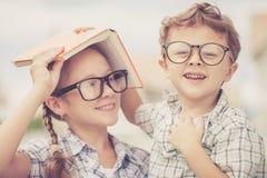 Portrait de bel écolier et de fille regardant très heureux  Image libre de droits