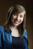 Portrait de belle adolescente de sourire avec de longs cheveux bruns Photo libre de droits
