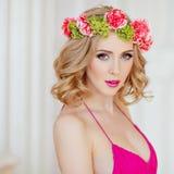 Portrait de belle blonde sexy mince dans une robe rouge et un wrea photo stock
