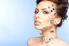 Portrait de belle brune avec des diamants sur son visage Photographie stock libre de droits