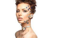 Portrait de belle brune avec des diamants sur son visage Photo libre de droits