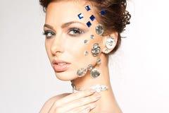 Portrait de belle brune avec des diamants sur son visage Images libres de droits