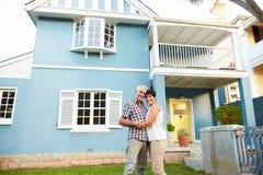 Portrait de belle Chambre d'extérieur debout mûr de couples Photographie stock