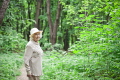 Portrait de belle dame âgée souriant dehors photographie stock