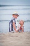 Portrait de belle famille heureuse près de mer Images stock
