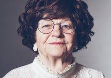 Portrait de belle femme adulte ?g?e en verres, 80 ann?es photographie stock