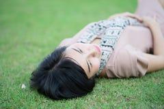Portrait de belle femme asiatique dans la détente de parc extérieure avec le sourire heureux Images stock