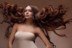 Portrait de belle femme avec de longs cheveux de vol photographie stock