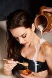 Portrait de belle femme avec du lait et le miel photographie stock libre de droits