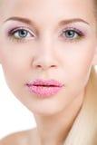 Portrait de belle femme avec la fleur d'orchidée dans ses cheveux. Beau Woman Face modèle. Peau parfaite. Make-up.Makeup professio image libre de droits