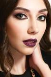 Portrait de belle femme avec le maquillage de soirée photographie stock
