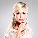 Belle femme avec le maquillage de mode et les longs poils blancs photos stock
