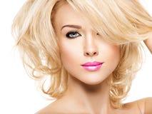 Portrait de belle femme avec les cheveux blonds Visage de mode photographie stock