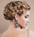 portrait de belle femme blonde avec des bijoux photos libres de droits