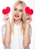 Portrait de belle femme blonde avec le maquillage lumineux et le coeur rouge à disposition Rose rouge Image libre de droits