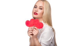 Portrait de belle femme blonde avec le maquillage lumineux et le coeur rouge à disposition Rose rouge Photos stock