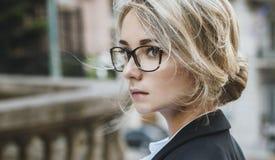 Portrait de belle femme blonde en verres Photo stock