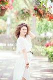 Portrait de belle femme caucasienne blanche de sourire de fille avec de longs cheveux bruns rouge foncé, dans la robe blanche d'é Image libre de droits