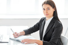 Portrait de belle femme d'affaires avec des documents dans Photographie stock libre de droits