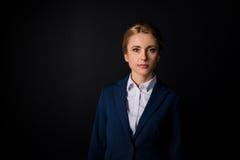 Portrait de belle femme d'affaires mûre dans le tenue de soirée regardant l'appareil-photo Photo libre de droits