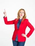 Portrait de belle femme d'affaires touchant sur l'espace vide dans f Image stock