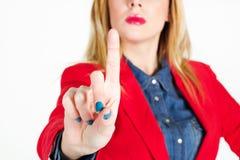 Portrait de belle femme d'affaires touchant sur l'espace vide dans f Photo libre de droits