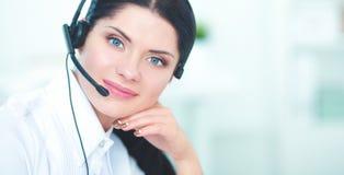 Portrait de belle femme d'affaires travaillant à son bureau avec le casque et l'ordinateur portable Photographie stock libre de droits