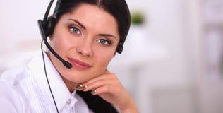 Portrait de belle femme d'affaires travaillant à son bureau avec le casque et l'ordinateur portable Image libre de droits