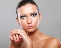 Portrait de belle femme, d'isolement sur le beige Photo stock