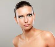 Portrait de belle femme, d'isolement sur le beige photo libre de droits