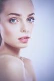 Portrait de belle femme d'isolement sur le fond blanc Image libre de droits