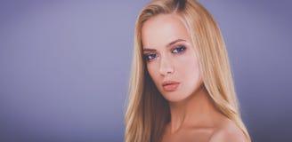 Portrait de belle femme, d'isolement sur le fond gris photographie stock libre de droits