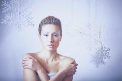 Portrait de belle femme, d'isolement sur le fond gris Images stock