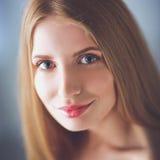 Portrait de belle femme d'isolement sur le fond gris Photo libre de droits